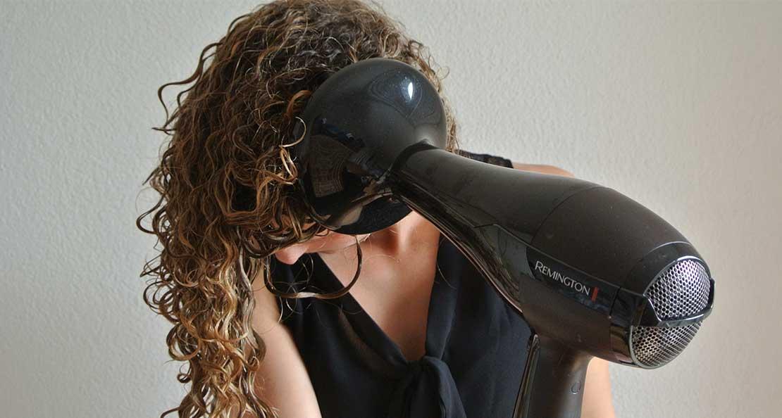استفاده از دیسپانسر برای خشک کردن مو های فر با سشوار